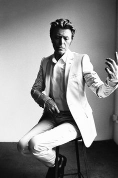 David Bowie- Richard Avedon Richard Avedon was an American fashion and portrait photographer. Avedon photographed many famous people such… Richard Avedon Portraits, Richard Avedon Photography, David Bowie, Mario Sorrenti, Steven Meisel, Sophia Loren, Famous Photographers, Portrait Photographers, The Thin White Duke