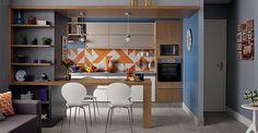 A cozinha se veste com o mesmo requinte da sala: com acabamentos supercharmosos e uma moderna combinação de móveis e eletrodomésticos