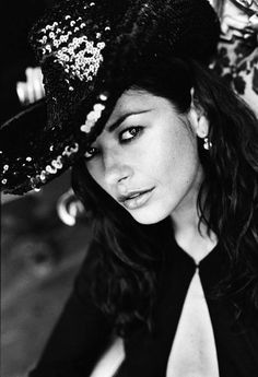 Catherine Zeta-Jones by Sante D'Orazio for Elle US December 1999 Catherine Zeta Jones, Swansea, Pretty People, Beautiful People, Beautiful Ladies, Actrices Hollywood, Elle Magazine, Black And White Portraits, People Photography