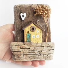 No photo description available. Wood Block Crafts, Cement Crafts, Wooden Crafts, Recycled House, Recycled Art, Driftwood Projects, Driftwood Art, Home Crafts, Diy And Crafts