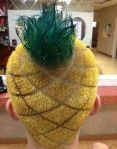 Un coiffeur a réalisé une coupe de cheveux ananas sur une homme.