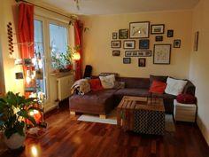 Attraktiv Wunderschönes Wohnzimmer Mit Warmem Farbton. Der DIY Tisch Und Die Schöne  Bildwand Sind Highlights
