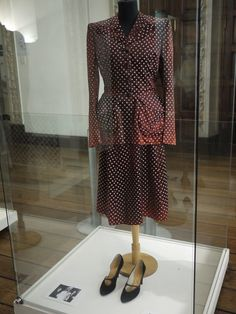 Eva Peron , One of the First Lady's iconic suits, Vintage Style, Vintage Fashion, Women's Fashion, Fashion Design, Evita Musical, Valencia College, 1940s Looks, Cult Of Personality, Retro Baby