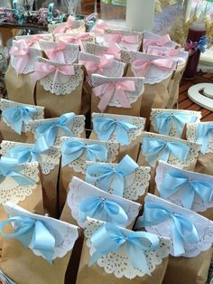 Baby Shower Favors Put different colored bows on the bags to differentiate the boys from the girls by lea Cadeau Baby Shower, Idee Baby Shower, Shower Bebe, Baby Boy Shower, Baby Shower Gifts, Baby Gifts, Diy Baby Shower Favors, Baby Shower Souvenirs, Diy Baby Shower Decorations