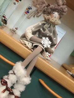 Ecco in pochi passaggi come si creano le scarpine delle bam Diy Rag Dolls, Sewing Dolls, Diy Doll, Wood Peg Dolls, Quilling Christmas, Free Motion Embroidery, Christmas Sewing, Child Doll, Pretty Dolls