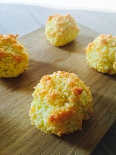 Coconut balls with 3 ingredients [in Danish] Healthy Candy, Healthy Sweets, Healthy Dessert Recipes, Snack Recipes, Fodmap, Danish Food, Food Crush, Happy Foods, Health Snacks