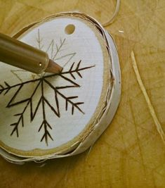 DIY Wood Burnt Birch Slice Ornaments - Informations About DIY Holz verbrannte Birke Slice Ornaments - Pin You can easily u Wood Burning Tool, Wood Burning Crafts, Wood Burning Patterns, Christmas Wood, Diy Christmas Ornaments, Woodworking Projects For Kids, Wood Projects, Woodworking Plans, Woodworking Crafts