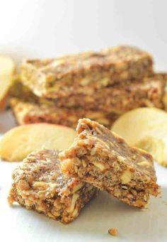 Incredibly delicious No-Bake Cinnamon Apple Energy Bars. A delicious mix of chewy & crispy & so quick & easy to make! Vegan Dessert Recipes, Vegan Breakfast Recipes, Vegan Snacks, Easy Snacks, Healthy Treats, Quick Easy Meals, Healthy Foods, Healthy Eating, Healthy Breakfasts
