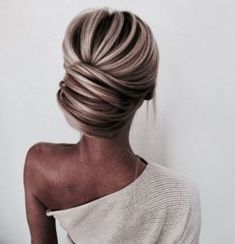 Low Chignon is really a sleek bridal hair messy bun which appears extremely wonderful on bridesmaid too. Chic Hairstyles, Pretty Hairstyles, Prom Hairstyles, Wedding Hairstyles Thin Hair, Romantic Hairstyles, Wedding Hair And Makeup, Hair Makeup, Thin Hair Updo, Curly Hair Styles