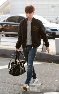 EXO D.O.'s recent airport pics prove that..he's not so into fashion style that stands out~