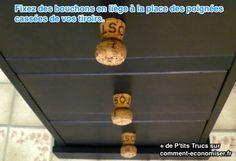 Remplacez les poignées cassées de votre placard ou de vos tiroirs avec des bouchons en liège