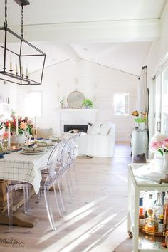 What is glam decor and how can I infuse touches into my own home? Today's modern home decor tour will give you lots of inspiration from glam wall decor to glam living room decor and more! #modernglam #glamdecor #modernfarmhouse #marblekitchen #whitekitchen #openshelving #californiahomes #chiccaliforniahomes #hometours #homedesign #interiordesign Glam Living Room, Living Room Decor, Modern Decor, Rustic Decor, Plants For Raised Beds, Shabby Chic Cottage, Cottage Style, Contemporary Interior Design, Decoration