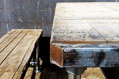 De tafels van Steenschot-tafel.nl hebben een origineel steenschot tafelblad. Steenschotten worden in ambachtelijke steenfabrieken gebruikt om bakstenen die net uit de oven komen op te laten drogen. De hitte van de pas gebakken stenen en de cement sluier die deze achterlaten geven de steenschotten een authentieke uitstraling.