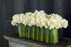 Contemporary flower arrangement of fresh white flowers on a mantelpiece Contemporary Flower Arrangements, White Flower Arrangements, Flower Vases, Cactus Flower, Deco Floral, Floral Design, Art Floral, Decoration Buffet, Hotel Flowers