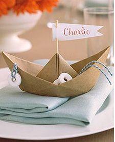 Platzkärtchen bzw. Servietten als Schiffchen falten