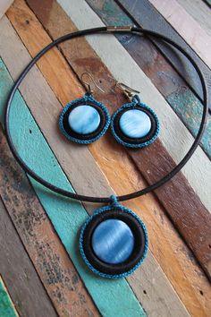 PRECIO: 18€. Conjunto de gargantilla y pendientes de ganchillo con piedra de nácar azulado. Puedes elegir el color de hilo a combinar (marrón, negro, camel o gris). Diámetros:4cm y 3cm respectivamente. Cordón de cuero. Hechos a mano