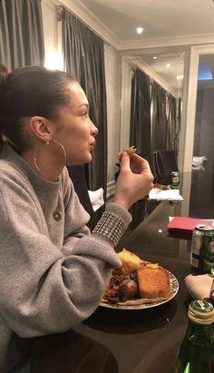 Image may contain: 1 person, food Bella Hadid Estilo, Bella Gigi Hadid, Bella Hadid Outfits, Mrs Bella, Isabella Hadid, Zendaya, Mode Style, Kendall Jenner, Cool Kids