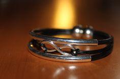 NOUVEAUTE bracelet en cuir noir fermoir aimanté , infini et joncs argentés : Bijoux pour hommes par isabond007