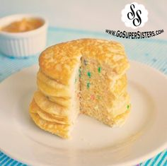 What if we told you that you could eat a huge stack of peanut butter funfetti pancakes for less than 160 calories and 21 grams of protein?! They don't look like much from the outside, but as soon as you cut into them you're greeted with a colorful surprise, and hopefully a smile too! They …