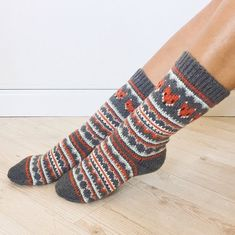 Ravelry: Fox Isle Socks pattern by Life Is Cozy . This sock pattern combines two amazing things - fair isle knitting and foxes! Can it get any better? Free Knitting, Knitting Socks, Knitted Hats, Knit Socks, Fox Socks, Bamboo Knitting Needles, Fair Isle Knitting Patterns, How To Start Knitting, Crochet Slippers