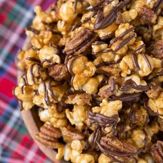 Turtle Caramel Corn with pecans and drizzled with milk chocolate, this popcorn is perfect all year long not just at Christmas! Turtle Caramel Corn with Pecans and Chocolate Does anyone even know why Snack Mix Recipes, Popcorn Recipes, Candy Recipes, Yummy Snacks, Delicious Desserts, Dessert Recipes, Cooking Recipes, Appetizer Recipes, Appetizers