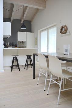 Casa M Lampada Unfold by Muuto Sedie Form by Normann Copenhagen Copenhagen, Conference Room, Arch, Kitchen, Table, House, Furniture, Ideas, Home Decor