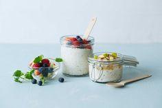 Kjøleskapsgrøt kan være din nye venn på travle morgener. Har du Kulturmjølk og havregryn er du kommet langt. Eple smaker friskt og godt, og mandler eller nøtter er godt i kombinasjon med grøt. Følg gjerne oppskrift, eller gi den en tvist med andre typer frukt og bær. OBS! Grøten må stå i kjøleskapet over natten!