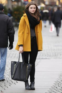 Yellow coat paired with black jeans and matching ankle boots. Mustard Colour Coat, Street Outfit, Street Wear, Yellow Coat, Fall Looks, Fashion Photo, Women's Fashion, Coats For Women, Fall Outfits