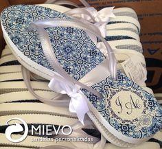 A tendência do azuleijo português chegou na Mievo com muito encanto e elegância  #lindo #casamento #wedding #noiva #bride #evento #noivado #personalizada #lembrança  #mievo  Orçamento: atendimento@mievo.com.br ou 11. 4304-9404  Acessem nosso site: www.mievo.com.br