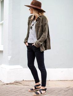 Street style de parka, peça trend do verão que continua no inverno.