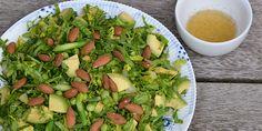 Fantastisk salat proppet med skønne sommerlige smage fra asparges, avocado og lidt knas fra mandlerne.