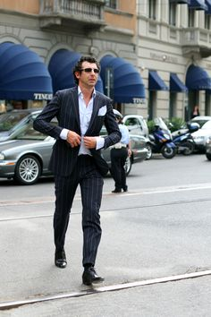 spacewontsmash: (via Wonderfully Harmless Bravado, Milan « The Sartorialist) The Sartorialist, Business Attire For Men, Business Fashion, Italian Men, Italian People, Italian Style, Best Dressed Man, Well Dressed, Stylish Suit
