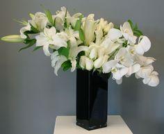 Classy black and white Classic Wedding Flowers, Classy, Vase, Black And White, Ideas, Home Decor, Blanco Y Negro, Interior Design, Vases
