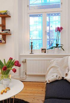 Detalhe de um das janelas da sala de estar. Portal diário Decor, ver mais em diariodecor.com.br #diariodecor #decoracao #interiordesign #decor #kitnet #janela #window #livingroom #sala