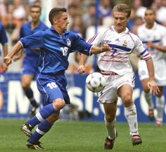 France 0 Italy 0 p) in 1998 in Paris. Roberto Baggio and Didier Deschamps in action in the World Cup Quarter Final. World Football, School Football, Football Soccer, 1998 World Cup, Fifa World Cup, Roberto Baggio, World Cup Final, Captain America, Baseball Cards