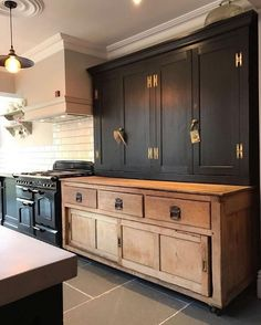 If you are looking for Black Kitchen Cabinets Design Ideas, You come to the right place. Here are the Black Kitchen Cabinets Design Ideas. Black Kitchen Cabinets, Farmhouse Kitchen Cabinets, Farmhouse Style Kitchen, Modern Farmhouse Kitchens, Black Kitchens, Home Decor Kitchen, Interior Design Kitchen, Home Design, Home Kitchens