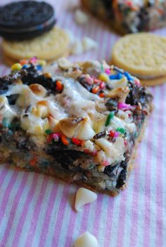 Cake Seven Layer Bars gotta try this recipe by The Domestic Rebel. I've made cake batter layer bars but never used the oreos.gotta try this recipe by The Domestic Rebel. I've made cake batter layer bars but never used the oreos. Cake Bars, Dessert Bars, Köstliche Desserts, Delicious Desserts, Dessert Recipes, Yummy Food, Yummy Treats, Sweet Treats, Eat Dessert First