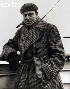 Fashion will help to connect people internationally, as it travels from 1 city to another. It started to emphasize conformity in the way people should look. Hence, the Vogue Fashion isn't a faraway idea. 1930s Fashion, Vogue Fashion, Vintage Fashion, Mens Fashion, Fashion Tips, Mode Masculine, Mens Beret, Gentleman Hat, Houndstooth Coat
