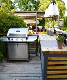 These free, DIY outdoor kitchen plans will help you plan and build a new outdoor space where you can gather with friends and family to enjoy a meal. Outdoor Kitchens For Sale, Outdoor Kitchen Plans, Outdoor Kitchen Design, Outside Lamps, Outside Room, Hells Kitchen, Barbacoa, Outdoor Gas Fireplace, Outdoor Barbeque