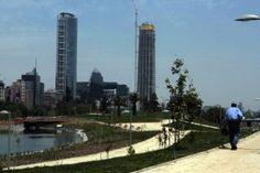 Parque Bicentenario, con los rascacielos de Sanhattan, destacándose la Torre Titanium La Portada (izquierda) y la Gran Torre Santiago (del complejo Costanera Center). Vitacura, Área Metropolitana de Santiago, Región Metropolitana de Santiago, Chile. Foto vía @Lisa a Tercera