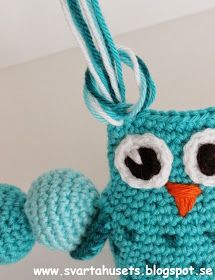 Owls and balls decoration for baby carriage by Svarta Huset! Owl Crochet Pattern Free, Crochet Owls, Crochet Patterns Amigurumi, Cute Crochet, Crochet Crafts, Crochet Projects, Baby Toy Storage, Ball Decorations, Baby Owls