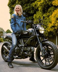 I absolutely love those things these folks did with this specialty Womens Motorcycle Helmets, Racing Helmets, Motorcycle Style, Ducati Motorcycles, Ducati Scrambler, Vintage Motorcycles, Lady Biker, Biker Girl, Ducati Monster