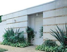 As linhas horizontais no paredão de 3,5 m de altura garantem leveza à estrutura. As placas de cimento branco com miolo de malha metálica foram moldadas na obra e chumbadas na parede de blocos cerâmicos. A cada fiada, assentaram-se uma linha de tijolos e um vergalhão na horizontal, para reforçar a sustentação. Projeto de Junqueira e Nosralla Associados.