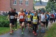 Riihimäen asemalta pyrähdettiin kympille 10.9.2017 – miesten sarjassa juoksukisa oli kahden kauppa. Sarjojen yhteislähtö starttasi voimalan nurkilta. Aamuposti Kuva Heidi Kajander-Maavuori #Riihimäki