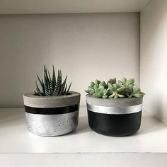 love these modern planters Cement Art, Concrete Crafts, Concrete Projects, Concrete Design, Diy Concrete Planters, Diy Planters, Modern Planters, Vertical Garden Plants, Beton Diy