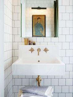 Pared con azulejos de metro- Micasarevista Bathroom Renos, Bathroom Interior, Modern Bathroom, Master Bathroom, Family Bathroom, Bathroom Ideas, Small Bathrooms, Marble Bathrooms, Gold Bathroom