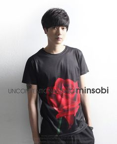 minsobi Men's short-sleeved Tee with placed rose print (top-7738)