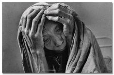 Mujer desnutrida y deshidratada espera su tutno en hospita de Gourma Rharous, Malí (1985), por Sebastião Salgado