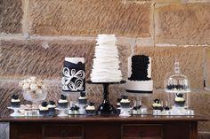 Tres tartas blanco y negro, ¡tan elegantes! / Three very elegant black and white cakes White Dessert Tables, White Desserts, Dessert Buffet, White Tables, Black White Cakes, Black And White Theme, White Bar, White Chic, Cake Table