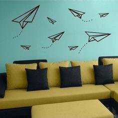黒のマスキングテープで紙飛行機を描いてみたアイデア。下地のブルーの壁を空に見立てた斬新なアイデアですよね。紙飛行機は難しい曲線のないデザインだから、定規があれば誰でもチャレンジできちゃうのも嬉しいですよね。